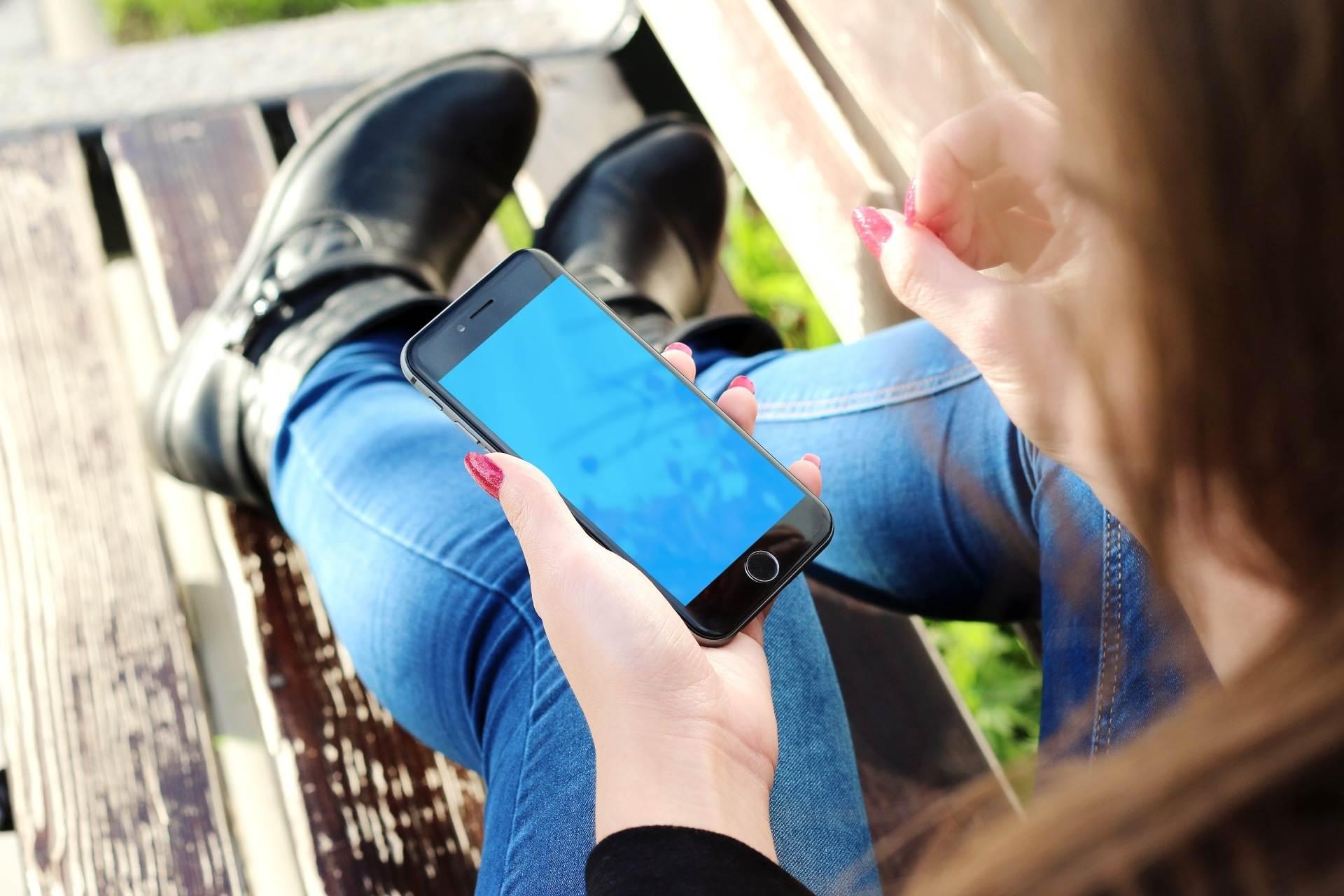 iphone smartphone mobile hand screen apple 779616 pxhere compressed - Smartphones intermediários: o que considerar para comprar