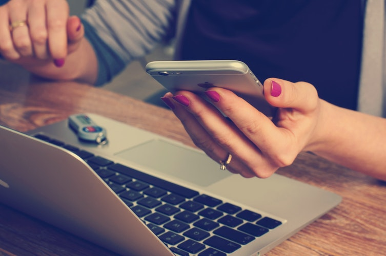 cel2 - Golpes na internet mais comuns e como evitar