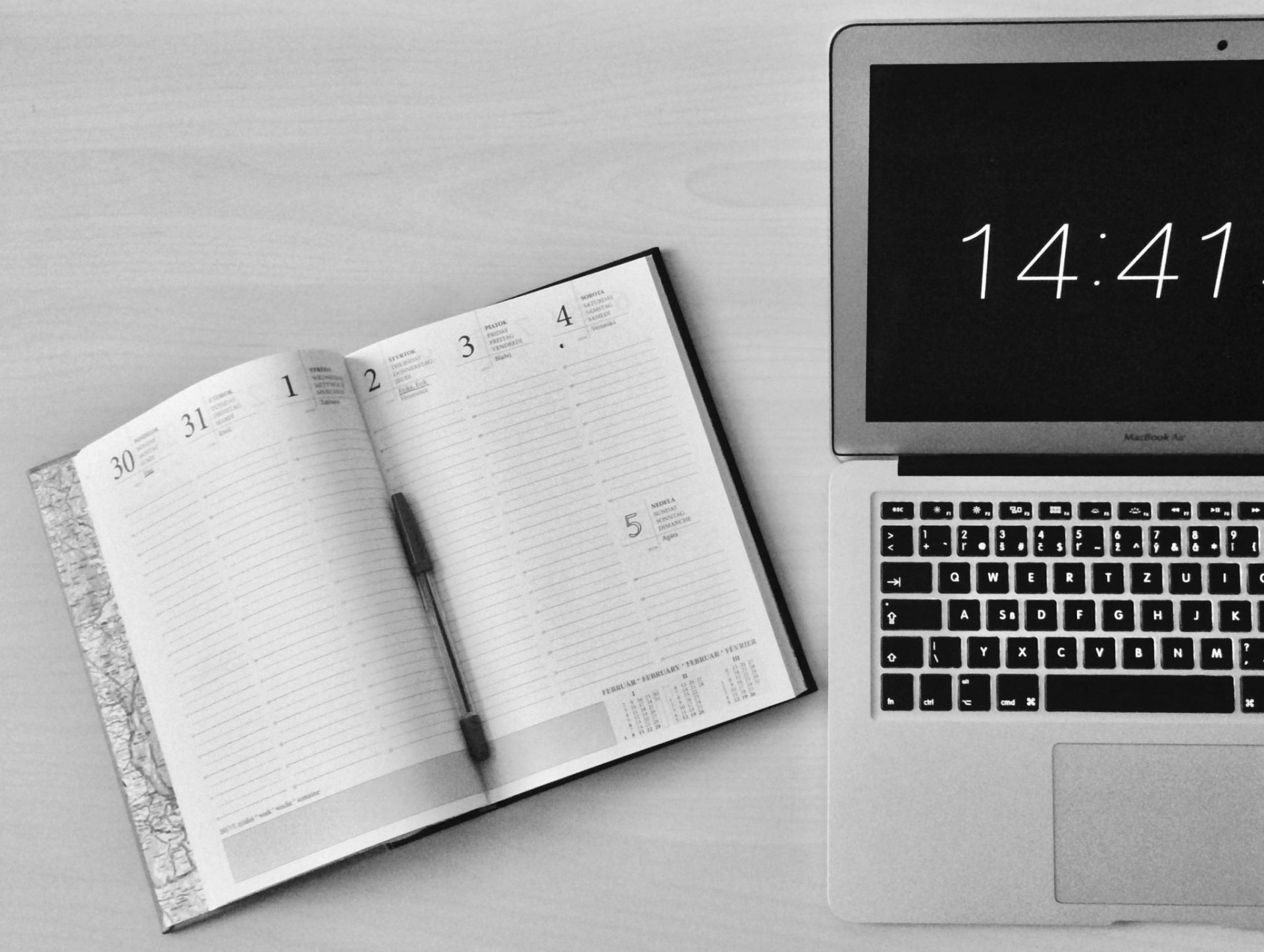 appledeviceblackandwhitebusinesscomputer295826 3 scaled - Gestão de tempo: desocupe-se e aumente a sua produtividade