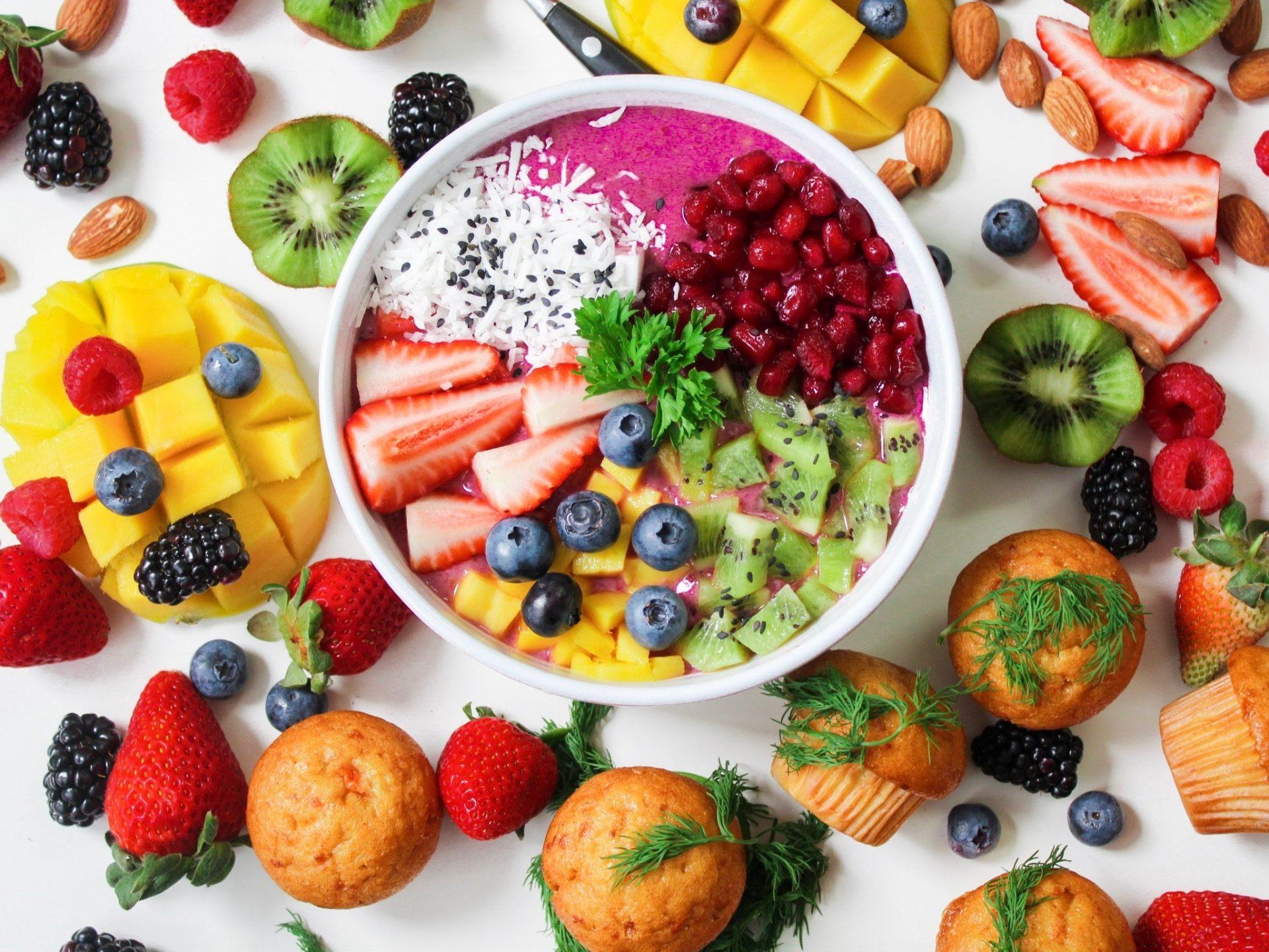 assorted sliced fruits in white ceramic bowl 1092730 2 - 10 passos para comer bem
