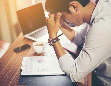sindromedeBurnout 450x350 - Saúde mental: entenda mais sobre a síndrome de Burnout