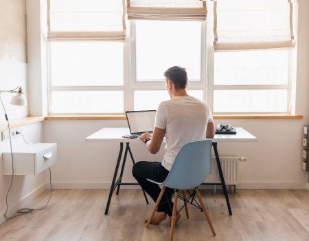 Como liderar equipes a distância - Homem trabalhando em Home Office