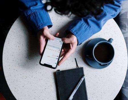 Fique bem com esses 5 apps para ansiedade - Segurando o celular