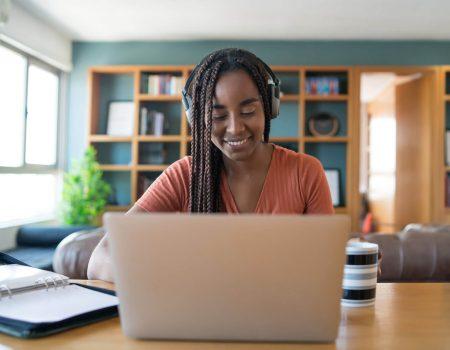 Conheça as regras de etiqueta do home office - Mulher em reunião no home office