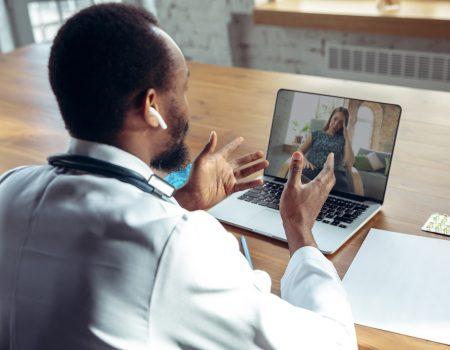 Terapia online funciona? - Homem fazendo conferência com a psicóloga